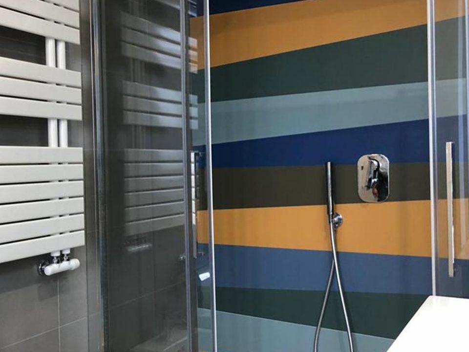 bagno privato con Doccia in serie basic realizzata taglio opificio